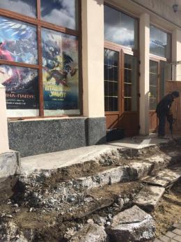 В центрі Чернівців знищують гранітні сходи для встановлення пандусу