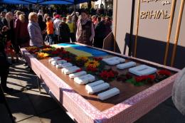 У Чернівцях на Центральній площі розмістили стокілограмовий торт