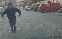 """У Чернівцях судитимуть юнака, який заради """"лайків"""" пробігся по патрульній машині"""
