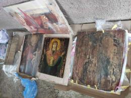 Чернівчанин намагався вивезти за кордон старовинні ікони та картини (фото)