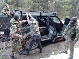 На Буковині затримали двох контрабандистів, які джипом намагались переправити цигарки до Румунії (фото)