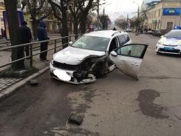 """На Героїв Майдану зіткнулись """"Фольксваген"""" та """"Део"""": один з водіїв намагався втекти (фото)"""