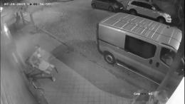 У центрі Чернівців молодик вкрав з-під магазину лавочку біля вуличної зарядки