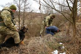 На Буковині прикордонники зі стріляниною затримали двох контрабандистів