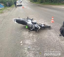 """Неподалік Чернівців зіткнувся """"Рено"""" та мотоцикл, є постраждалі"""