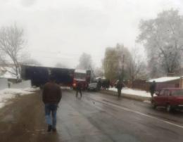 Вантажівку розвернуло посеред дороги