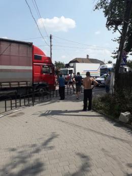 На Буковині перекрили трасу на Тернопіль: люди вимагають ремонту (відео)