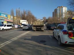 У Чернівцях на Винниченка КамАЗ зіткнувся з легковиком ВАЗ 21124