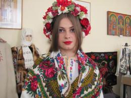 У Чернівцях 85-річна жінка із донькою провели майстер-клас зі старовинних весільних зачісок