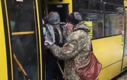 «Ще одна, худенька»: мережу розсмішило відео, де чоловік заштовхує пасажирів у переповнену маршрутку
