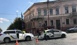 В центрі Чернівців жінка в'їхала в авто патрульних, стали відомі подробиці ДТП