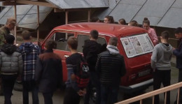 У Чернівцях школярі розфарбували машину, яка скоро поїде на передову (відео)
