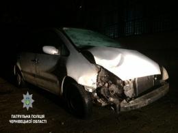 У Чернівцях на Машинобудівників п'яний водій протаранив паркан і втік (фото)
