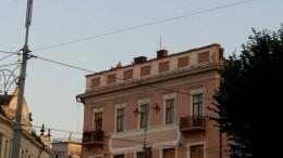 У Чернівцях на Кобилянській кілька школярів вилізли на дах будинку, щоб покурити і зробити селфі