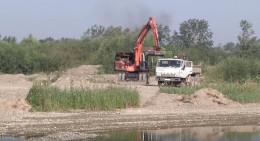 На берегах буковинських річок без упину орудують гравійні браконьєри (відео)