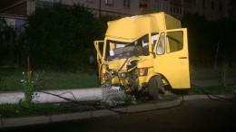 """На Воробкевича у Чернівцях """"Мерседес"""" врізався у стовп, водія затиснуло у кабіні (фото)"""