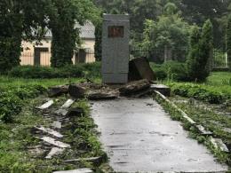 У Чернівцях знесли пам'ятник Сидору Воробкевичу (фото)