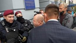 Під ратушею Чернівців депутати поштовхались із поліцією (фото)
