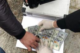 """На хабарі $1000 затримали двох поліцейських, які """"кришували"""" контрабанду на Буковині"""