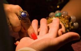 У Чернівцях шахрайка-ромка «видурила» в жінки 10 тисяч доларів і золоті прикраси