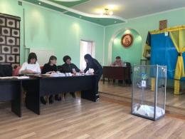 Буковинка вкинула в скриньку бюлетень із запрошенням на вибори