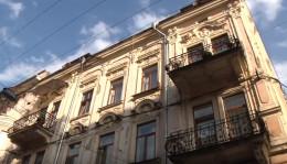 У центрі Чернівців на голови людям може обвалитися унікальний скляний дах