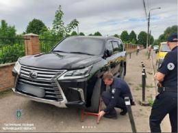 У Чернівцях оштрафували водія джипа за неправильну парковку та спробу зняти колісний блок
