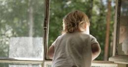 На Буковині трирічний хлопчик впав з другого поверху новобудови, дитина у важкому стані