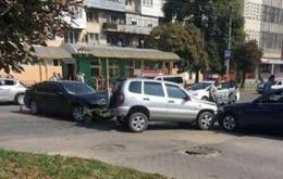 У Чернівцях на Комарова зіткнулись три автомобілі, постраждала дитина (відео+фото)