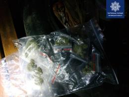 У Чернівцях у водія-порушника виявили 14 пакетів з наркотиками (фото)