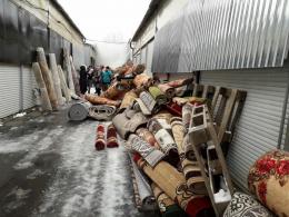 """У Чернівцях на """"Калинці"""" підприємці за безцінь розпродують обгорілі килими (відео)"""