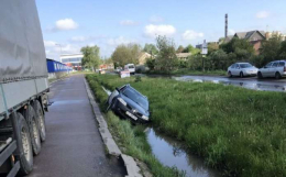 У Чернівцях авто злетіло у канаву, об'їжджаючи вантажівку