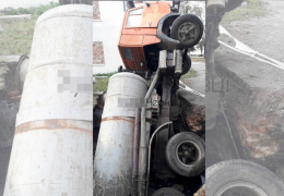 У Чернівцях вантажівка провалилась у стару вигрібну яму.