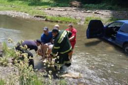 На Буковині рятувальники розповіли, як рятували водія легковика, який впав у річку (фото)