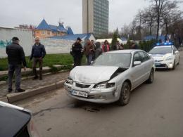 """У Чернівцях """"Мазда"""" кількасот метрів протягнула чоловіка на капоті: водій намагався втекти (фото)"""