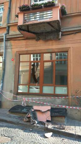 У центрі Чернівців відвалився великий шмат балкону (фото)