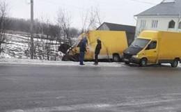 На Буковині вантажівка через ожеледицю злетіла з дороги в кювет