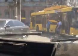 У Чернівцях на Соборній площі легковик врізався у тролейбус (відео)