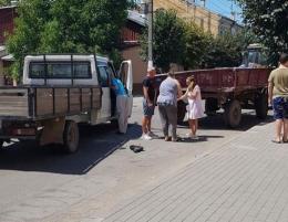 У Чернівцях причеп від трактора врізався у вантажівку, постраждала дівчина (відео)