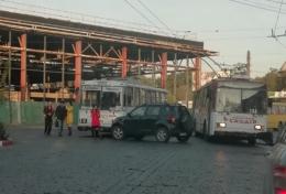 На Гагаріна позашляховик зіткнувся з тролейбусом (фото)