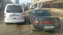 У Чернівцях на Проспекті Незалежності зіштовхнулися легковик і мінівен (фото)