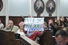 Громадські слухання у Чернівцях погодили передачу депутату Петришину танцмайданчику в центральному парку (фото)
