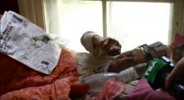 У Чернівцях жінка спить у під'їзді, бо квартиру її донька завалила непотребом (відео)