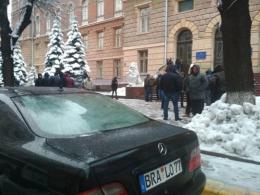 Нардеп Іван Рибак заявив, що в Чернівцях «євробляхери» закидали його сніжками