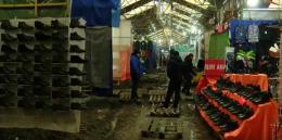 На Калинівському ринку у Чернівцях замінюють покриття на доріжках в одному з рядів (відео)