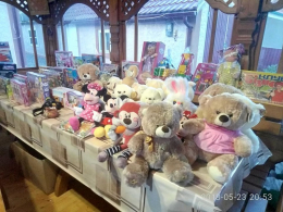 На Буковині молодята на своєму весіллі зібрали цілу гору іграшок для дитячого будинку