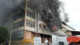 """У Чернівцях масштабна пожежа на """"Розмі"""" поширюється (фото)"""