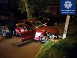 """У Чернівцях водій """"BMW"""" врізався у стовп і намагався втекти (фото)"""