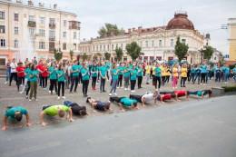 У Чернівцях на площі Філармонії віджималися студенти усіх навчальних закладів міста (фото)