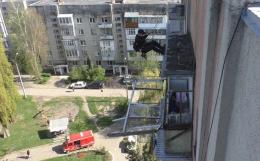 У Чернівцях рятувальники демонтували віконну раму з дев'ятиповерхівки, яка могла впасти на людей (фото)